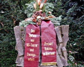Blumengebinde des Projekt Kohlengräberland der Erich-Fried-Gesamtschule am Volkstrauertag 2020