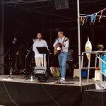 Zwei Lehrer der Erich-Fried-gesamtschule Herne stehen auf der Bühne und singen.