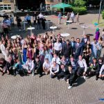 SchülerInnen der Erich-Fried-Gesamtschule Herne, Abiturklasse 2021, stehen zu einem Gruppenfoto zusammen.