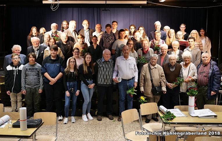 Schülerinnen und Schüler des Kohlengräberlands und Zeitzeugen