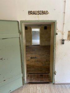 Das Bild zeigt den Eingang zum Brausebad im KZ-Dachau.